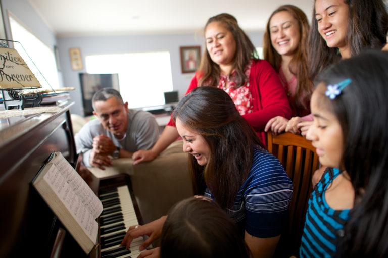 Family singing at the piano